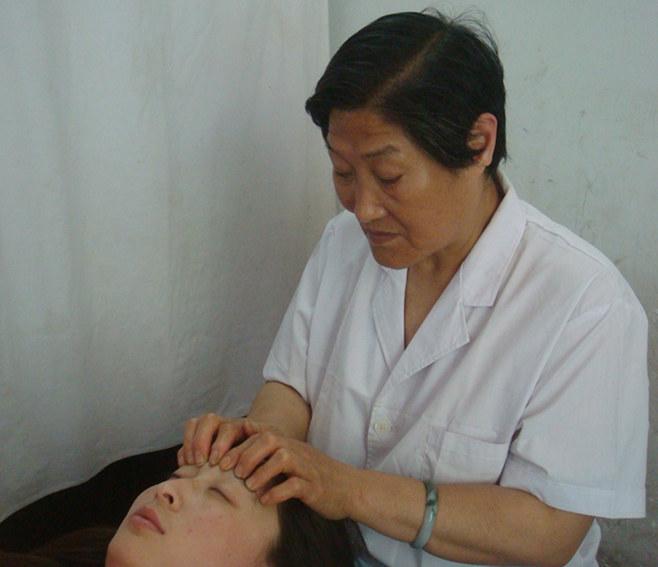 何琪中医按摩是治疗小儿弱视的最人性化方法