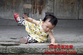 斜弱视儿童走路容易摔跤